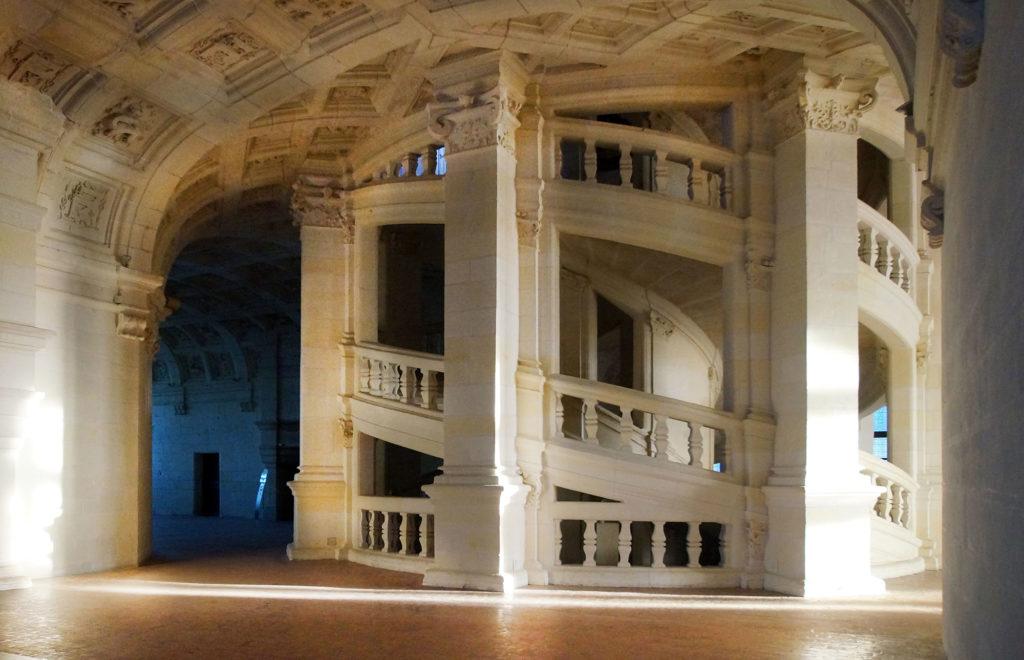 L'escalier à doubles révolutions s'élève jusqu'à la terrasse depuis le centre du plan.