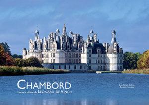 Jean-Sylvain Caillou et Dominic Hofbauer proposent une nouvelle lecture du château de François Ier à Chambord, évoquant l'influence de Léonard de Vinci et des architectures utopiques.